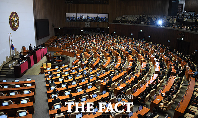 [TF포토] 본회의 개의를 알리는 김진표 의원